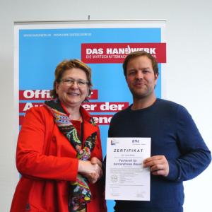 """Übergabe des Zertifikats """"Fachkraft für barrierefreies Bauen"""" an Tobias Mielke durch Frau Gabriele Poth"""